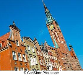 casas, e, torre sino, em, antigas, gdansk, cidade, polônia