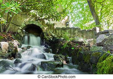 cascada, encima, bajas, musgoso, rocas