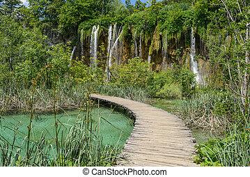 cascada, y, ruta de madera, en, plitvice, parque nacional, en, croacia
