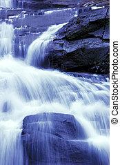 cascata, in, giardino giapponese