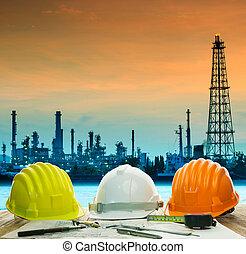 casco de seguridad, en, ingeniero, trabajando, tabla, contra, hermoso, aceite, re
