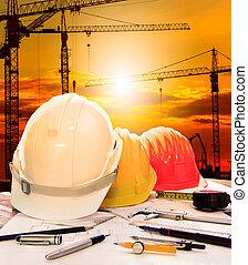 casco de seguridad, en, ingeniero, trabajando, tabla, y, interpretación el sitio, plano de fondo