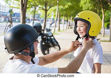 casco, suo, figlia, padre, bicicletta, indossare, tentando