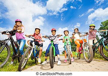 cascos, niños, ángulo, debajo, bicicletas, vista