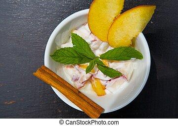 caseiro, yogurt, com, pedaços, de, fresco, pêssego