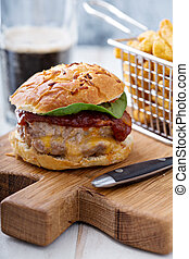 casero, cerdo, hamburguesa, con, queso, relleno