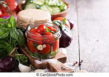casero, conservado, tomates, con, eneldo, y, ajo