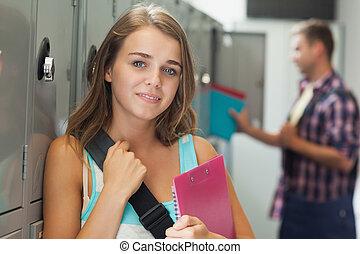 casier, joli, étudiant, position souriante, suivant