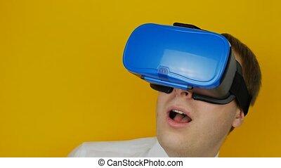 casque à écouteurs, autour de, effrayé, nerveux, virtuel, head-mounted, vr, regarde, réalité, exposer, homme