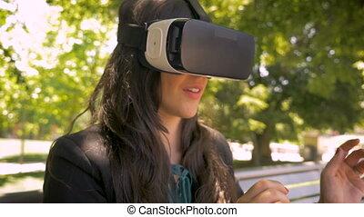 casque à écouteurs, bureau fonctionnant, cadre affaires, dehors, réalité virtuelle, vr, femme