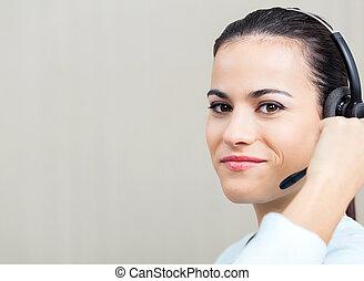 casque à écouteurs, centre, appeler, employé féminin, utilisation