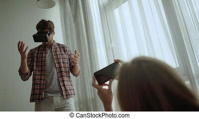 casque à écouteurs, couple, jeune, vr, maison, utilisation, sourire