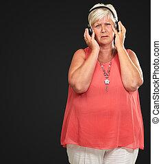 casque à écouteurs, femme aînée, triste