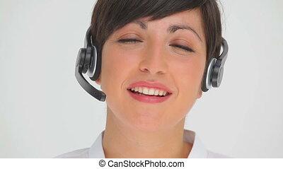 casque à écouteurs, femme affaires, conversation, quoique, par, sourire