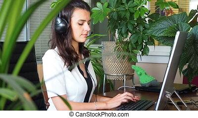 casque à écouteurs, femme, bureau, conversation