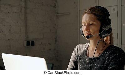 casque à écouteurs, femme, centre, gens, appeler, utilisation, parler