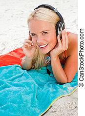 casque à écouteurs, femme, elle, jeune regarder, quoique, appareil photo, musique écouter, blond
