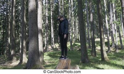 casque à écouteurs, femme, jeune, réalité virtuelle, jeu, extérieur, forêt, jouer, vr
