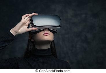 casque à écouteurs, femme, jeune, réalité virtuelle