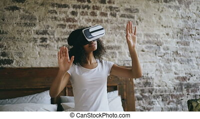 casque à écouteurs, femme, utilisation, obtenir, jeune, expérience, réalité, vr, virtuel, africaine, maison, 360, lunettes