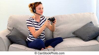 casque à écouteurs, jeu, sofa, 4k, femme, jouer, manche balai