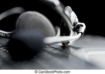 casque à écouteurs, ordinateur portable, ouvert, clavier