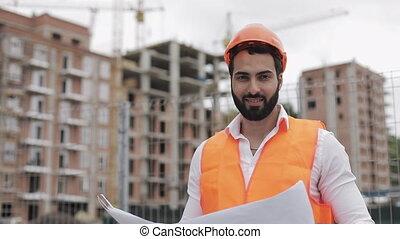 casque, lent, stands, constructeur, motion., ouvrier, site, projet, arrière-plan., construction, appareil-photo., orange, portrait, regarder