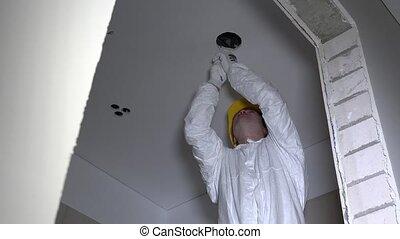casque, plafond, coupure, électricien, lumière, trous, installer, placoplâtre, homme