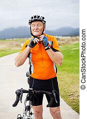 casque, sien, cyclisme, mettre, homme aîné