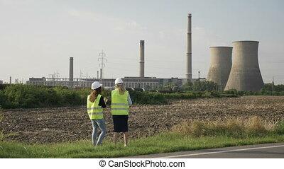 casque, site industriel, projet, directeur, construction, analyser, plan, femme, ingénieurs