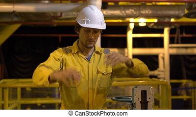 casque, uniforme, ou, lunettes, slowmotion, liquéfié, environnement, jeune, industriel, coup, homme, plant., jaune, plate-forme, travail, essence, huile
