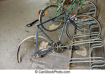 cassé, etagères, vélo