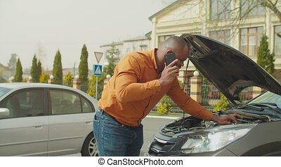 cassé, homme, assistance, appeler, voiture, bord route