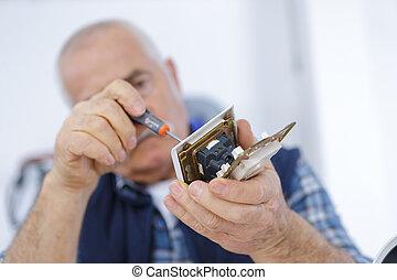 cassé, tournevis, téléphone portable, utilisation, homme