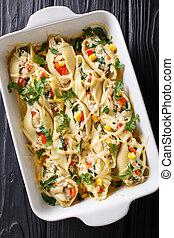 casserole, de, conchiglioni, macarronada, enchido, com, galinha, cogumelos, e, legumes, close-up, ligado, um, tabela., vertical, vista superior