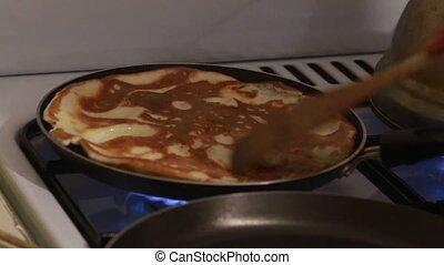 casseroles, femme, deux, préparer, pan cake, maison