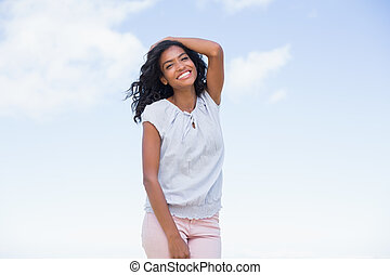casual, bonito, mulher sorri, câmera