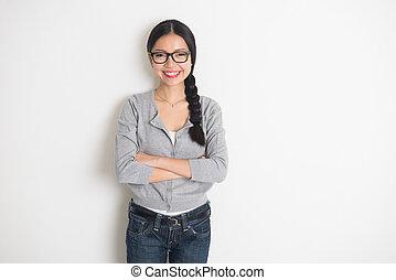 casual, fêmea asiática, com, braço cruzado