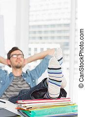 casual, hombre, con, piernas, en el escritorio, en, oficina