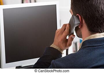 casual, homem negócios, falando, sobre, a, telefone, e, olhar, um, vazio, tela computador