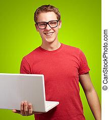casual, homem, segurando, laptop
