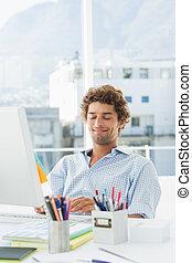 casual, joven, usar ordenador, en, brillante, oficina