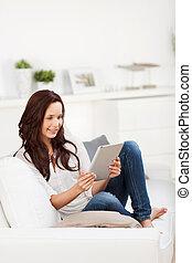 casual, mulher relaxando, com, um, tabuleta