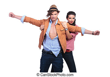 casual, pareja, con, hombre, brazos de valor en cartera, abierto de par en par