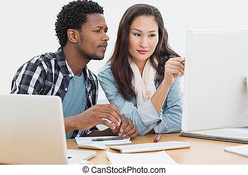 casual, pareja, usar ordenador, en, oficina