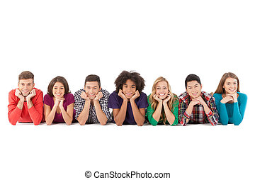 casuale, persone., allegro, giovane, multi-etnico, persone, giacendo fronte, e, sorridente, mentre, isolato, bianco