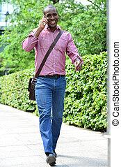 casuale, uomo parla, telefono, camminando