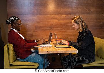 casualwear, elfoglalt, kávéház, laptops, diákok, gépelés, asztal, két, fiatal