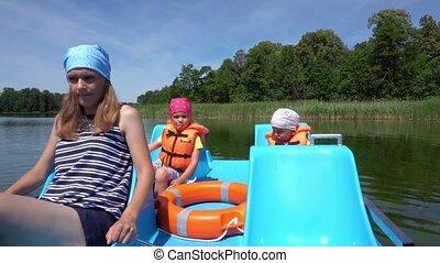 catamaran, deux, peu, enfants, seats., pedals., mère, ...