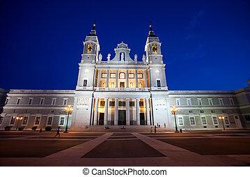 catedral, almudena, con, turistas, en, un, primavera, día,...